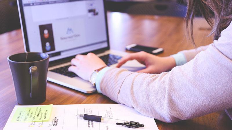 Ilustrasi mencari lowongan pekerjaan secara online | Featured Image
