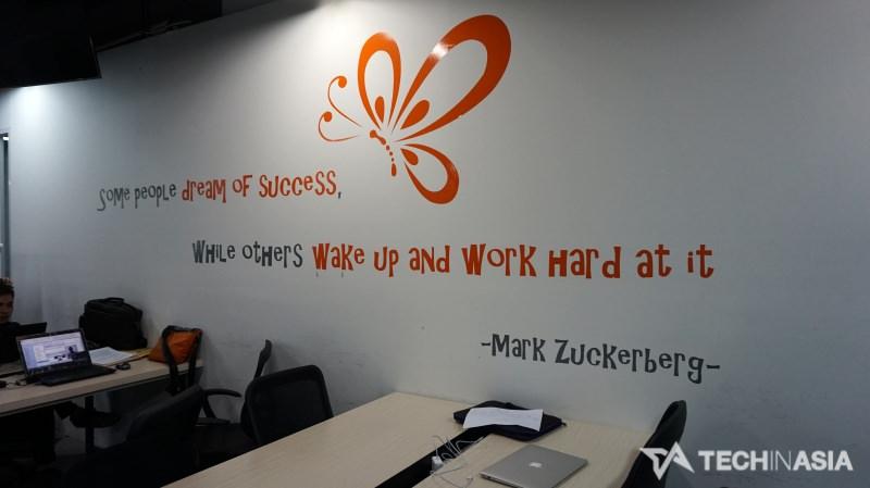 Salah satu tulisan motivasi yang yang bisa mendukung peningkatan semangat kerja tim.