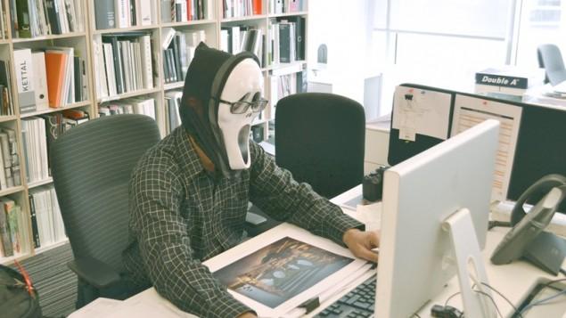 Hal yang tidak boleh dilakukan di kantor - Salah Postur Duduk
