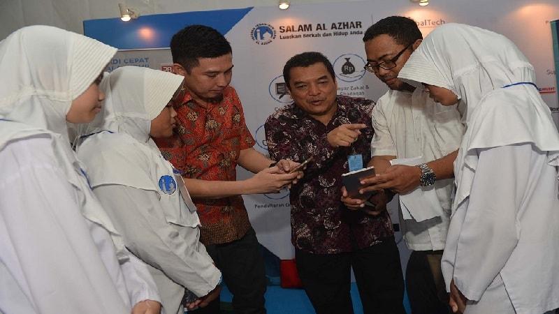 Executive Director Salam Al Azhar, Bambang D. Cahyono (tengah), menerangkan tentang aplikasi Salam Al Azhar