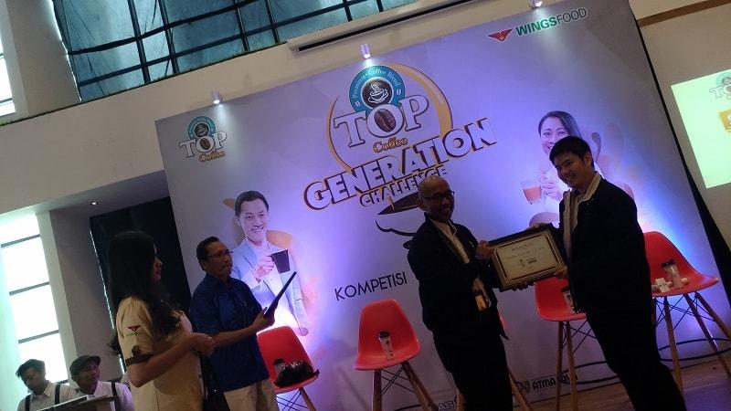Product Manager TOP Coffee, Edward Christian Djaja (paling kanan), memberikan piagam pada Deputi Akses Permodalan Bekraf, Fadjar Hutomo (dua dari kanan), di sela-sela acara TOP Generation Challenge.