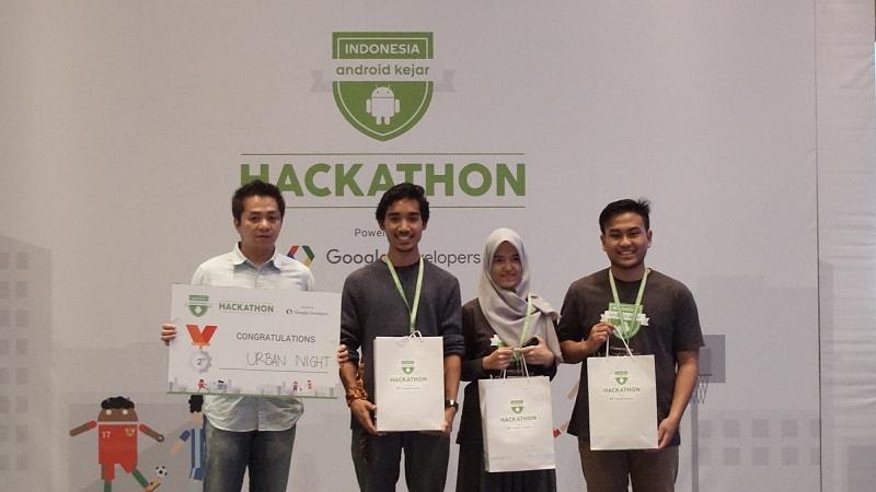 (Kiri ke kanan) Vinsen Mego - Co-Founder & CTO PicMix, Royyan Abdullah Dzakiy, Annisa Nurul Azhar, Farhan Ghifari - Inventor of Verti-go app, 2nd Place Winner, Team Urban Night