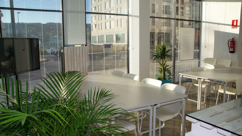 Cara Membuat Ruangan Kantor yang Nyaman | Pencahayaan yang Cukup