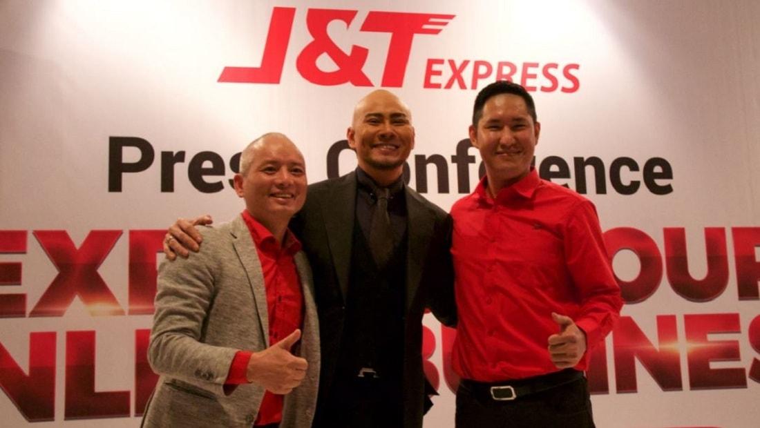 Brand Ambassador J&T Express, Deddy Corbuzier (tengah), berfoto bersama founder J&T Express dan OPPO Indonesia, Jet Lee (kiri), dan CEO J&T Express, Robin Lo (kanan).