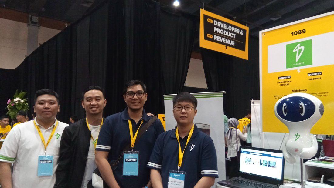 CEO Sidebeep, Henry Sutioso (paling kanan), bersama tim saat menghadiri Tech in Asia Conference Jakarta 2017