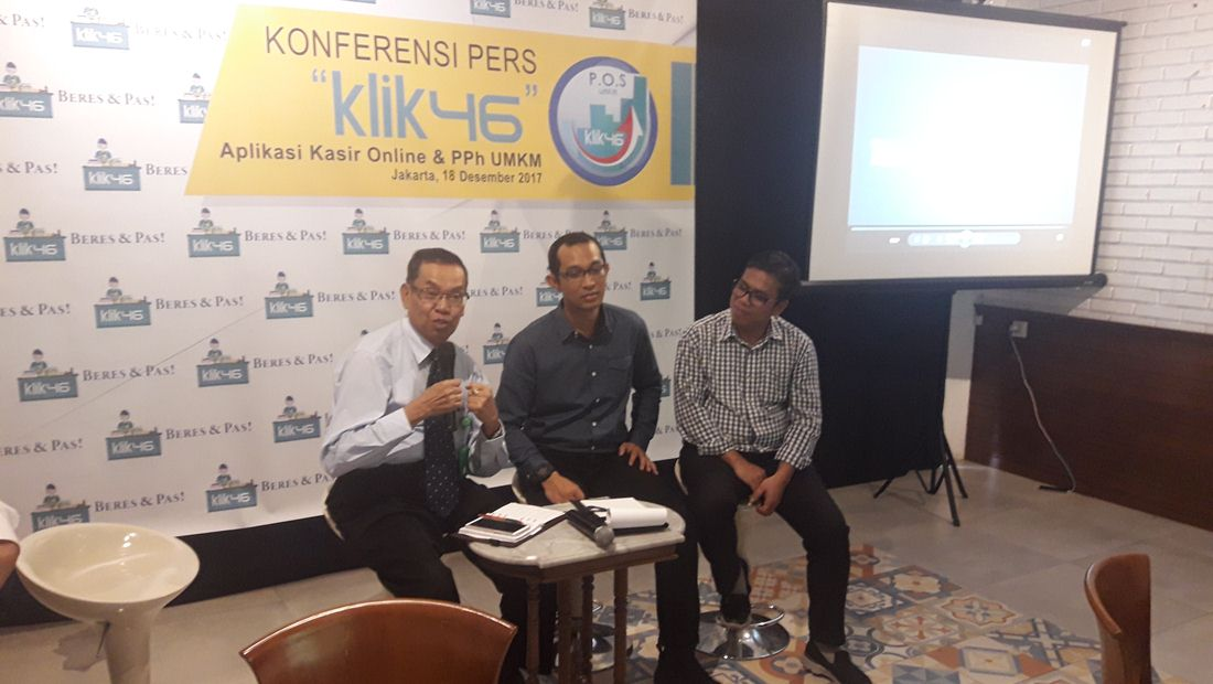 Kiri ke kanan: Ahli hukum pajak, Djangkung Sudjarwadi; Pendiri Klik46, Leonard Tarigan; Pendiri Klik46, Laurent Malau.