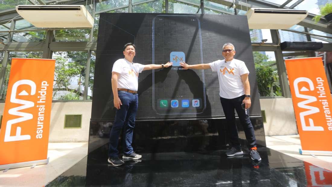 Direktur Utama PT FWD Life Indonesia (kiri) Choo Sin Fook bersama Wakil Direktur Utama PT FWD Life Indonesia (kanan), Rudi Kamdani meluncurkan inovasi terbaru bernama FWD MAX, di kawasan SCBD, Jakarta