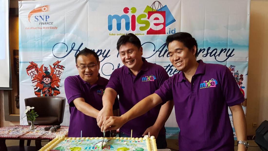 Founder MISE.id, Harry Karundeng (tengah), saat merayakan ulang tahun pertama MISE bersama jajarannya dan para agen.