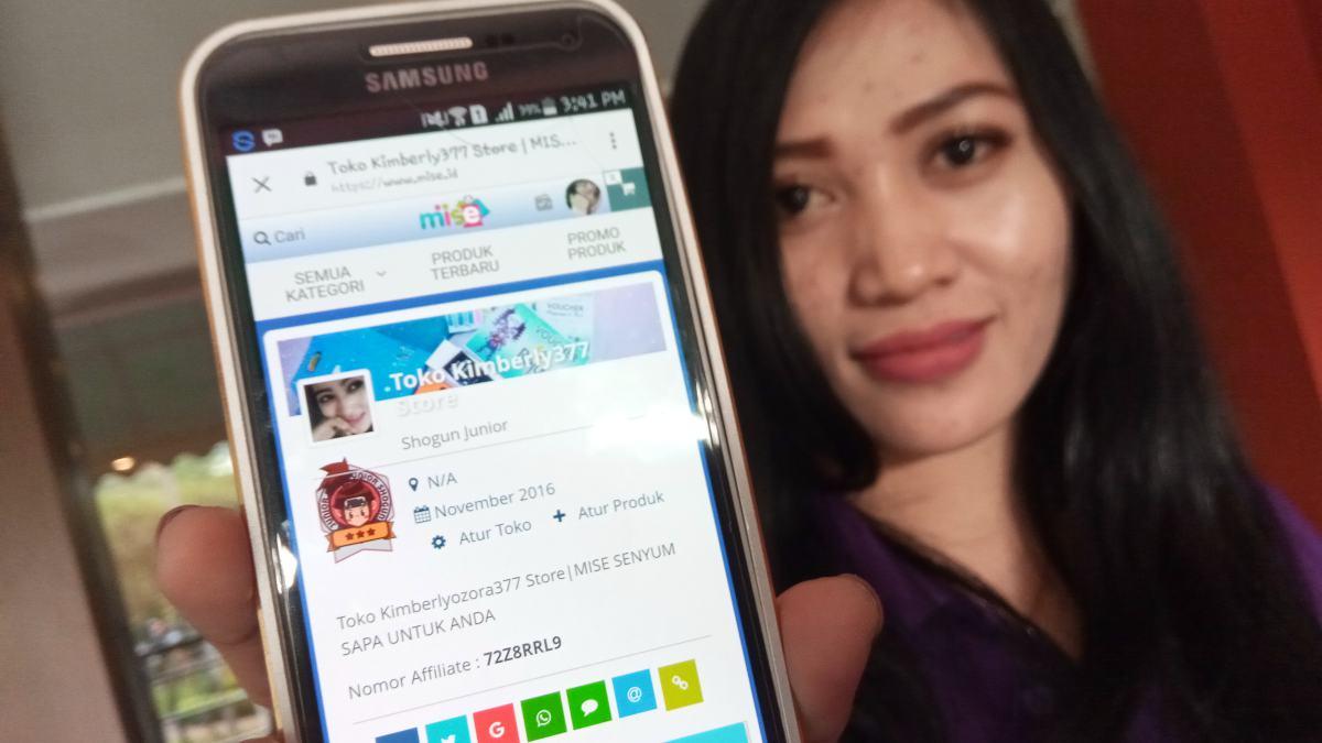 Seorang agen Mise menunjukkan tampilan platform Mise.id