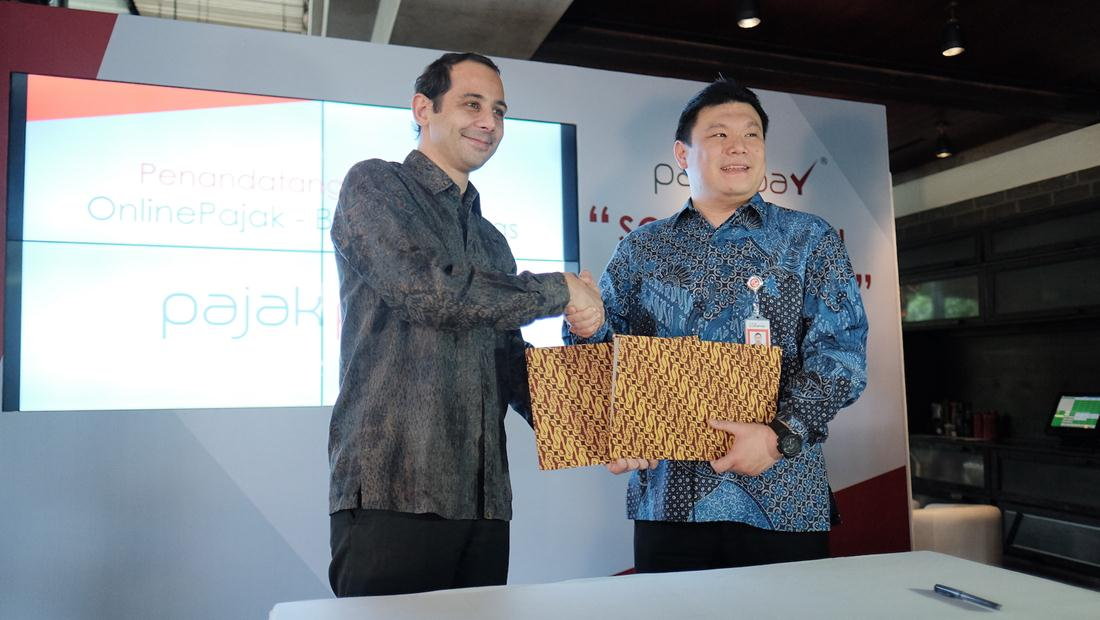 Founder & Direktur OnlinePajak Charles Guinot (kiri) dan Presiden Direktur Bank Sinarmas Frenky Tirtowijoyo (kanan), berfoto bersama setelah penandatanganan kesepakatan kerja sama untuk PajakPay.
