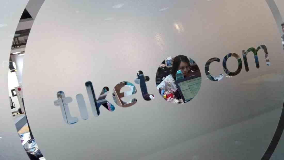 Seorang karyawan sedang bekerja di kantor Tiket.com | Photo