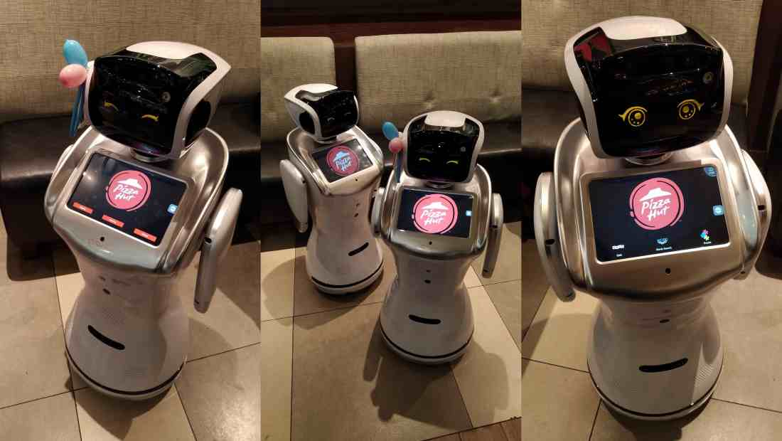 Robot keluaran Sanbot di restoran Pizza Hut Kota Kasablanka | Photo