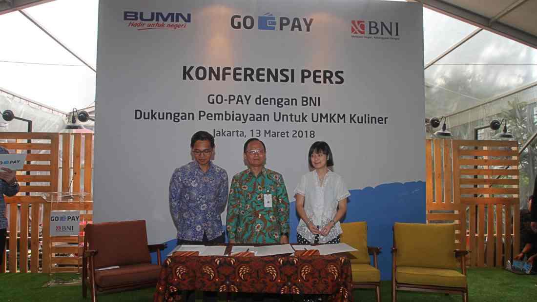 Kiri ke kanan: CEO GO-PAY Aldi Haryopratomo; SEVP IT BNI, Dadang Setiabudi; Chief Commercial Expansion GO-JEK, Catherine Hindra Sutjahyo.
