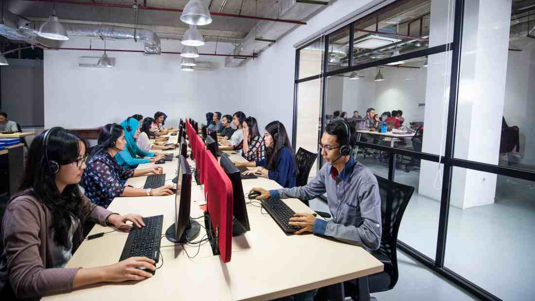 Karyawan sedang bekerja di kantor Bukalapak | Photo