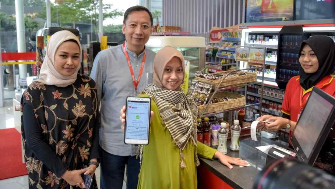 Jajaran manajemen Alfamart melakukan simulasi layanan Alfatrex | Photo