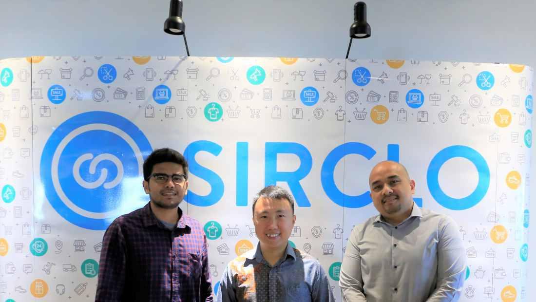 CEO SIRCLO, Brian Marshal (tengah) bersama perwakilan dari dua klien SIRCLO | Photo